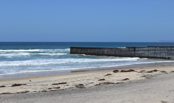 el-muro-metiendose-al-mar-en-tijuana